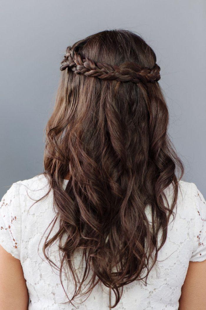 Lange Braune Haare Ein Zopf Als Kranz Weisses Kleid Einfach Zu Machende Hochzeit Frisur Brautjungfern Frisuren Brautjungfer Haare Brautjungfernfrisuren