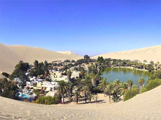 """Huacachina, un'oasi nel deserto peruviano, regione Ica. Popolare per il """"sandboarding"""" sulle dune che circondano il lago."""