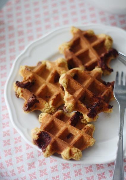 Oletko jo törmännyt vohvelikekseihin eli vohveliraudalla paistettuihin kekseihin? Paista keksitaikinasta vohveliraudalla pieniä tai suurempia vohvelikeksejä.
