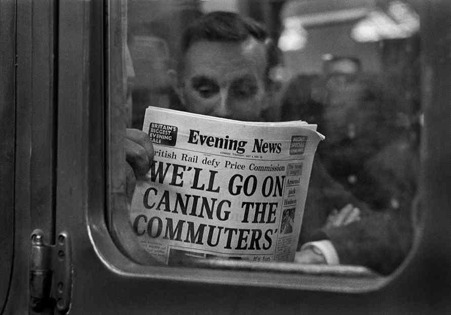 A commuter on a delayed train from London in 1976 Il trasporto urbano nelle grandi città metropolitane è da sempre un problema difficile da risolvere. Garantire il comfort o privilegiara la capienza? Oltre al problrms di orari e flussi si dovrebbe pensare anche ai risvolti sulla salute pubblica...