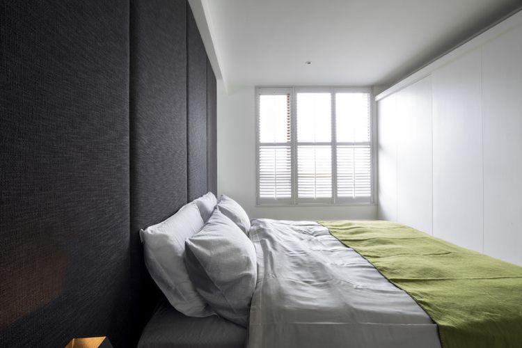 farbe-grau-schlafzimmer-bett-kopfteil-gepolstert-einbauschrank - schlafzimmer farbidee