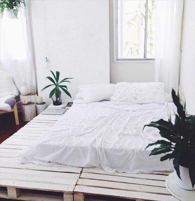 通気性が良く加工しやすいベッドに最適な素材といえば すのこ ですが すのこ のない海外ではパレットを使うのが常識 上にマットレスを載せるだけでベッドになり サイズや色も自由自在とあって 日本のdiy女子の間でも人気が高まっているんです ベッドルームの