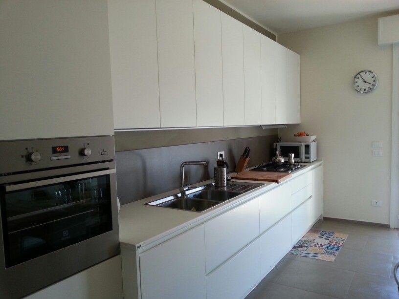 Cucina #Scavolini #Evolution bianco su bianco con alzata in kerlite ...