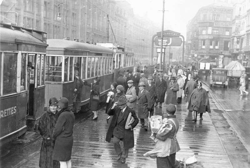 31 Vintage Photographs Captured Street Scenes Of Berlin In The 1920s Interwar Period Berlin Photos Berlin