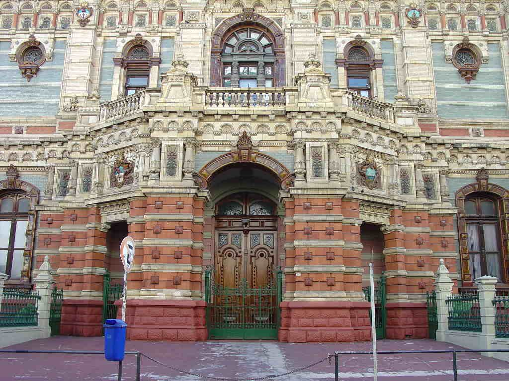A great friend is headed to Buenos Aires today, so in honor of that trip, here's a few posts on the Palacio de las Aguas Corrientes.