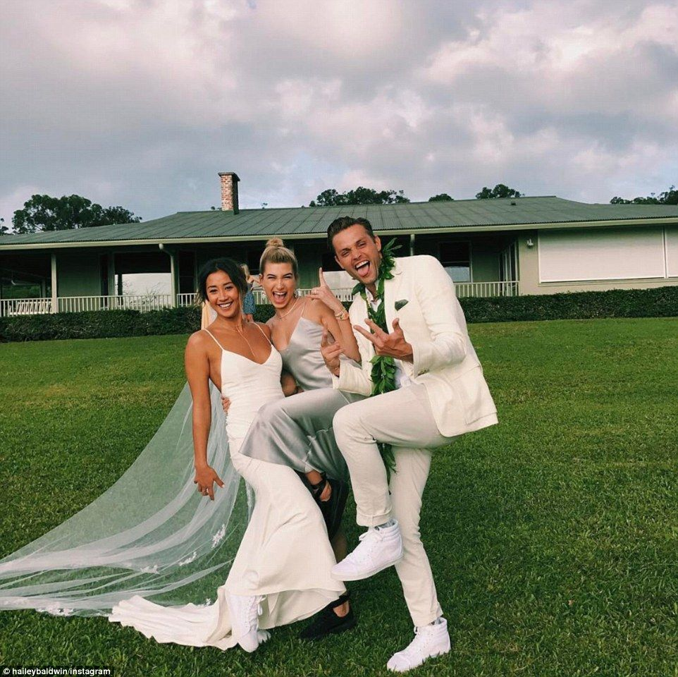 Hailey Baldwin Shows Off Her Model Figure In Tiny Bikini Silver Wedding Guest Dresses Wedding Dresses Bride [ 960 x 962 Pixel ]