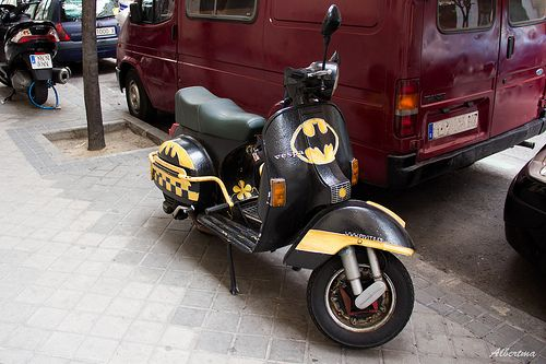 Retro scooter garage vespa batman vespa world for Garage scooter nice