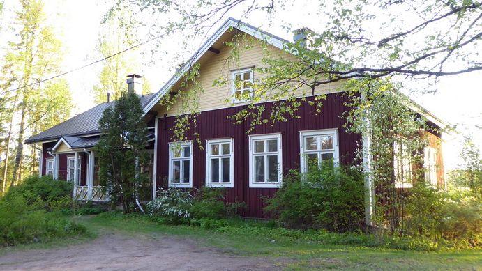 Vanha kyläkoulu, old village school of Nummenkylä, Kellokoski. Now Ullan Pianokoulu, the old timber house is wonderful and inspiring place to learn music.