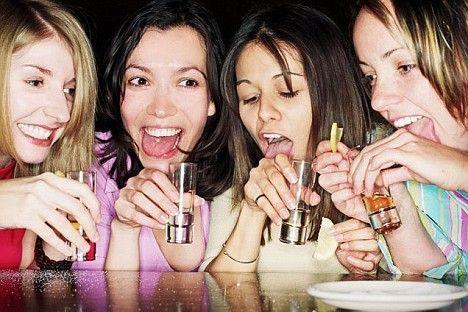 E' noto che bere alcolici fa male, specie iniziando da adolescenti, poiché si espone già il proprio organismo nel pieno della crescita a sostanze dannose. Che presenteranno il conto in età adulta. Nelle donne una fase molto delicata è quella che intercorre nei primi dieci anni dalla prima mestruazione. Una nuova ricerca mette in evidenza i rischi di incorrere da adulte in un tumore al seno