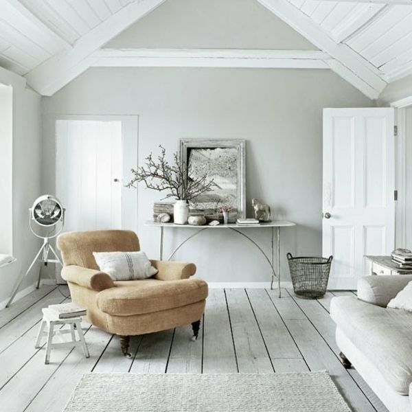 Wandfarbe grau wohnzimmer modern gestalten spiegel und ein weicher sessel