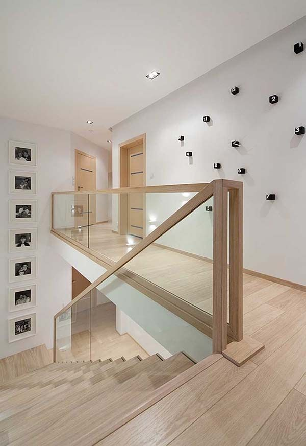 Schwarz-Weiß-Interieur mit Holzakzenten in Polen: D24 House #holzakzenten #hou #hausinterieurs