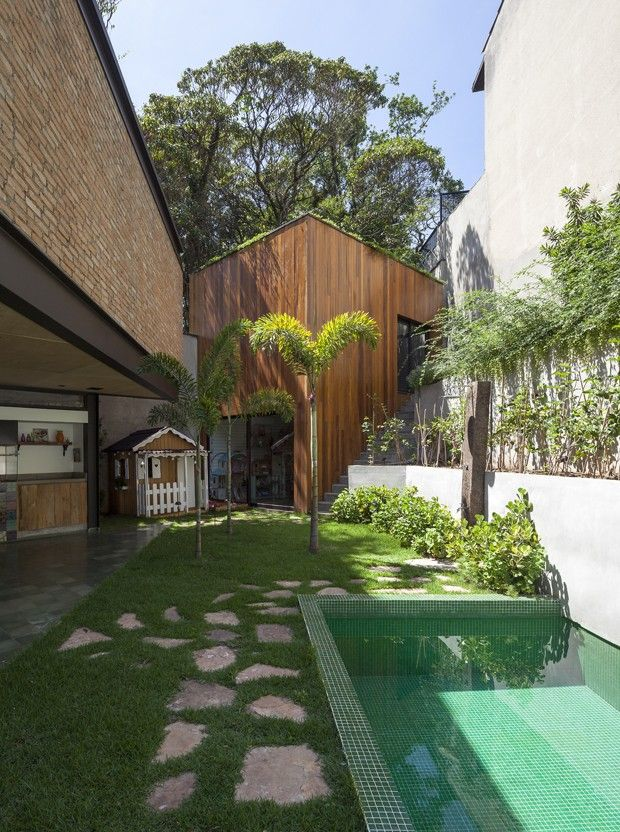 Aclive no terreno dita arquitetura da casa. Varanda com piscina verde, pastilhas (Foto: Maira Acayaba/Divulgação)