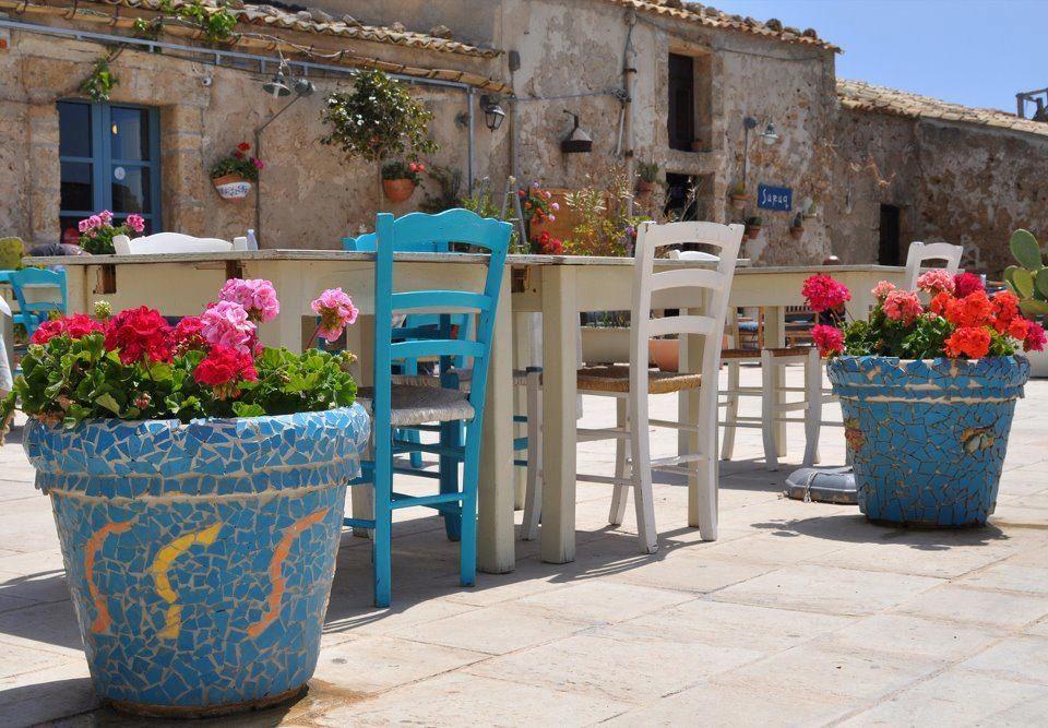 Sicilia, Italy; amistosa y chispiante.