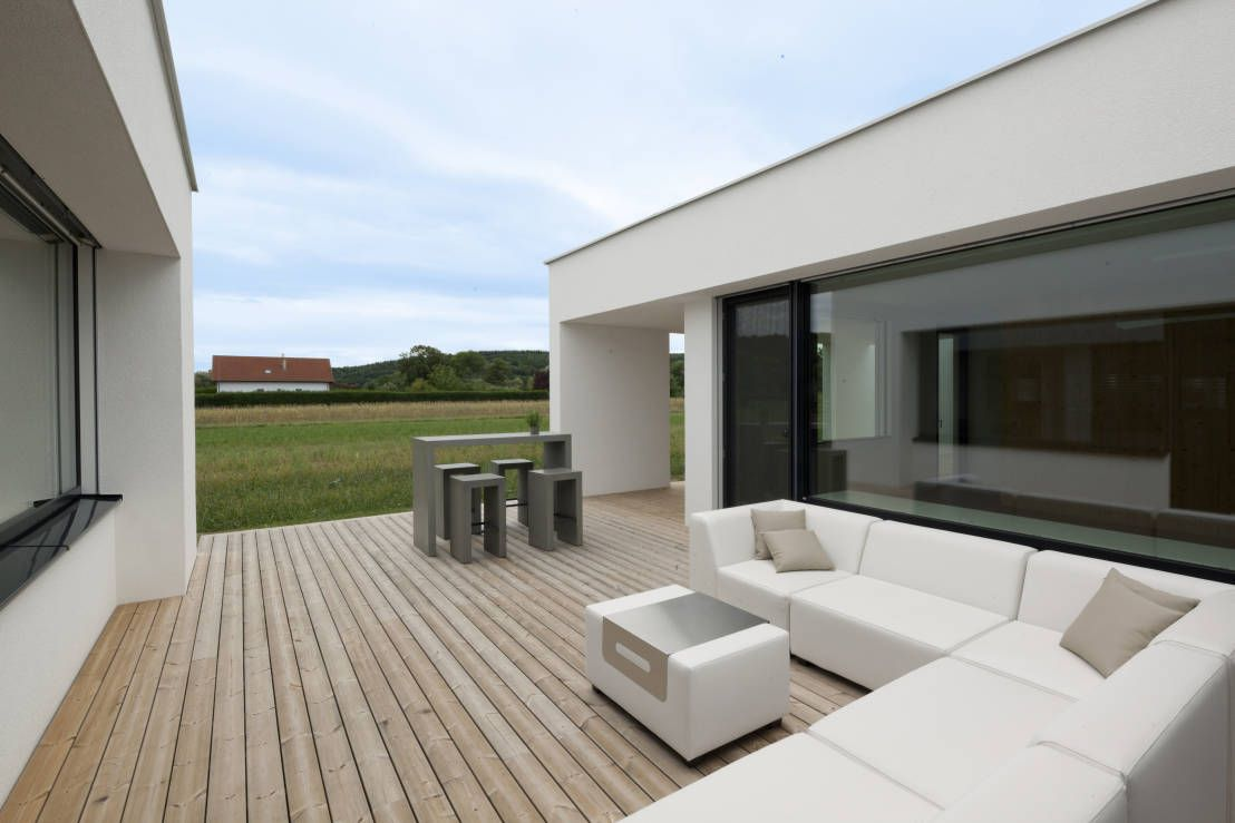 Moderner bungalow mit traumhauspotenzial terrasse patio for Case ecologiche design