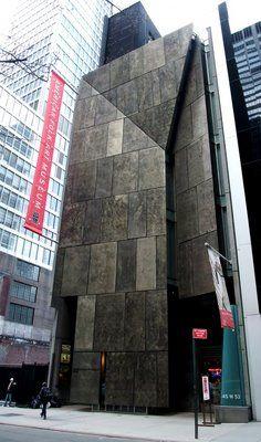 """L' attuale """"American Folk Art Museum"""" di New York. Edificio di 460 metri quadri la cui facciata di 26 metri è rivestita con 63 pannelli di Tombasil, lega di bronzo mai utilizzata prima architettonicamente."""