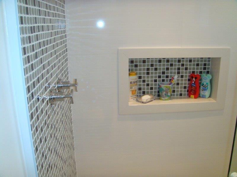 Nicho com pastilhas no fundo e moldura branca  apartamentobanheiros  Pint -> Nicho Para Banheiro Com Pastilha