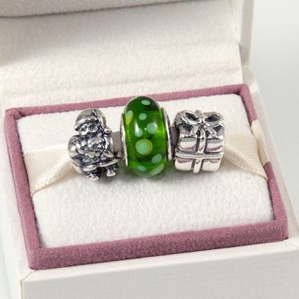 """North Pole Gift Set - love the """"ever""""green color of the murano glass!(http://www.pandoramoa.com/north-pole-gift-set/)"""