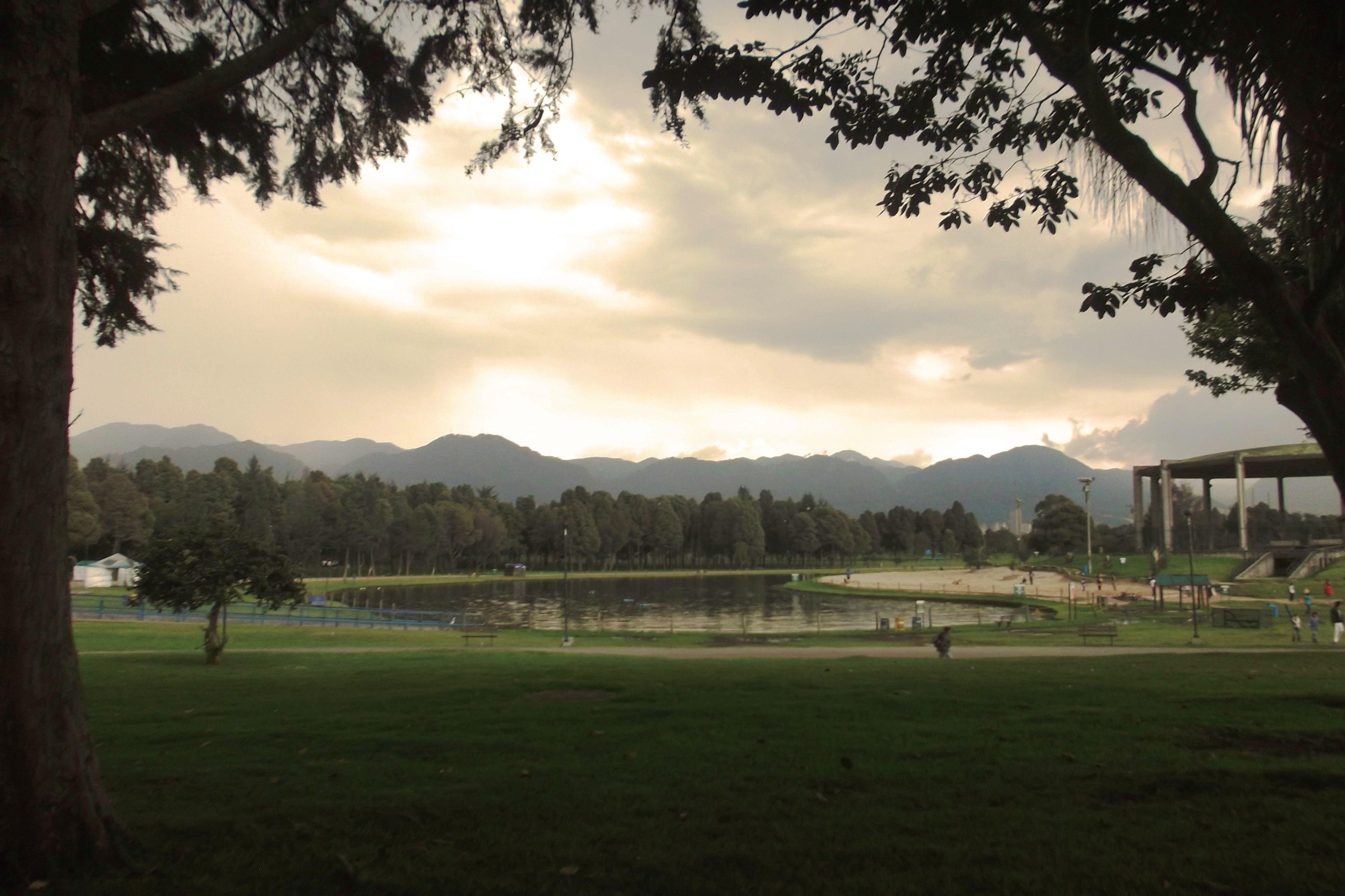 Con una extensión total de 110 Hectáreas, el parque Metropolitano Simón Bolívar de Bogotá cuenta con un lago de 11 Hectáreas (foto), 16 kilómetros en red de caminos, ciclovía permanente, pista de trote y muchos otros recursos y/o servicios para el esparcimiento de los bogotanos.  Para más información: http://portel.bogota.gov.co/vis/public%20simon%20bolivar/parque%20simon%20bolivar.html