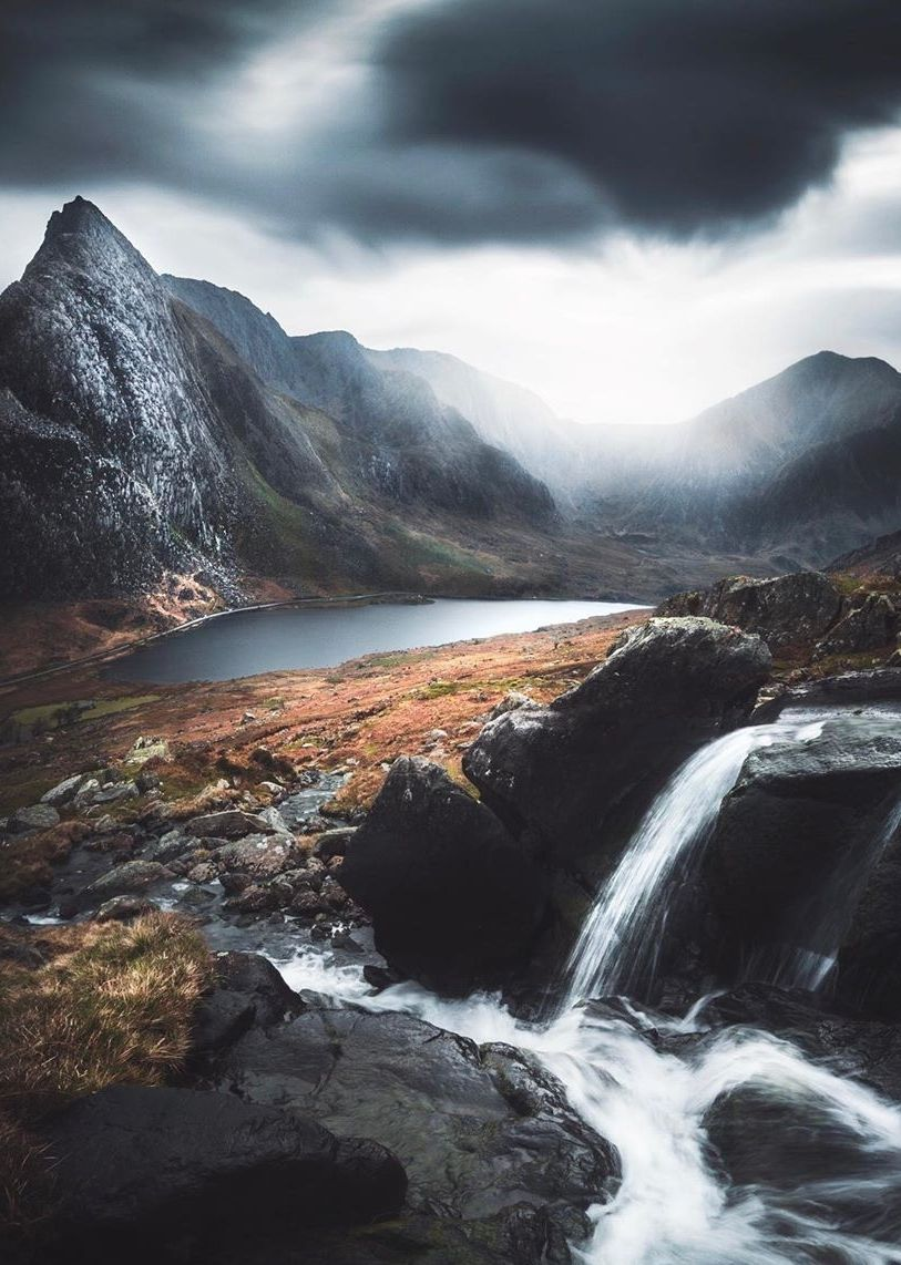 Moody days in the Welsh mountains | 📸 @mjowenhughes . . . .