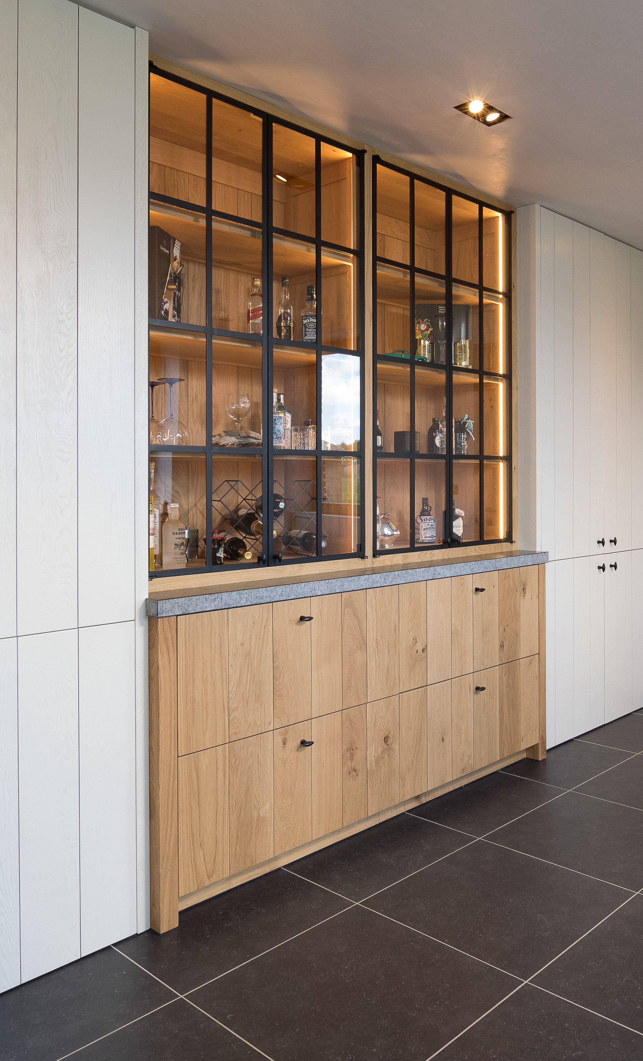 Keukenkast Met Glazen Deuren.Eikenhouten Keukenkast Met Smeedijzeren Deuren In Glas En