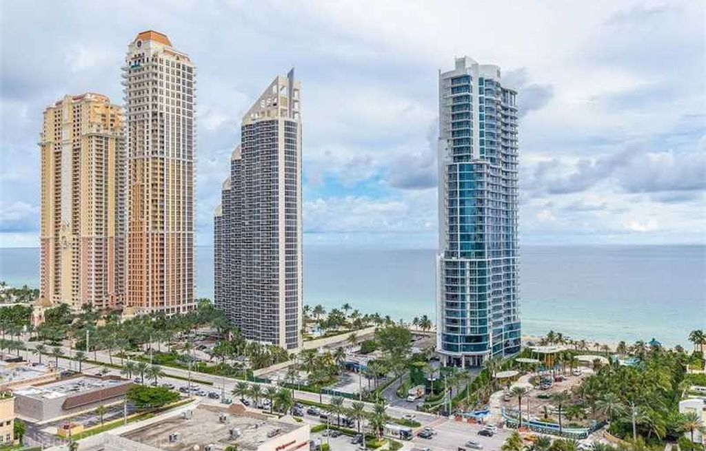Lower Penthouse with Breathtaking Views the Moment You Step Inside!!! 210 174th St APT 2310, Sunny Isles Beach FL 33160 LIST PRICE: $529,800 BEDROOMS: 2 BATHS: 2 Sq.ft: 1,840