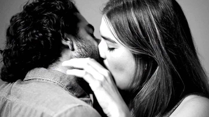 First Kiss ukazuje 20 cizích lidí při prvním polibku