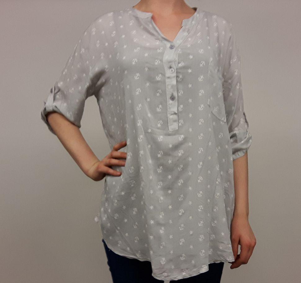 Blouse ankertjes printje licht grijs. Door middel van het feit dat deze blouse beschikbaar is in één maat (one size) valt het nonchalant. Met sterren