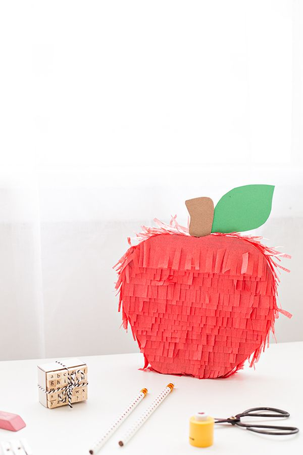 diy apple pi ata pour les enfants pinterest pinata bricolage et creatif. Black Bedroom Furniture Sets. Home Design Ideas