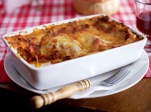 Lasagne bolognese Rezept: Zwiebel,Knoblauchzehen,Öl,Hack,Salz,Pfeffer,Zucker,Tomatenmark,Tomaten,Kräuter,Parmesan,Butter,Mehl,Milch,Gemüsebrühe,Lasagneplatten,Mozzarella