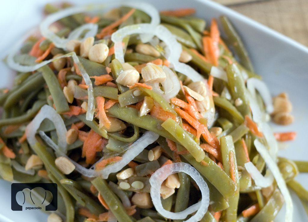 Vistosa y sana ensalada de judías verdes y almendras