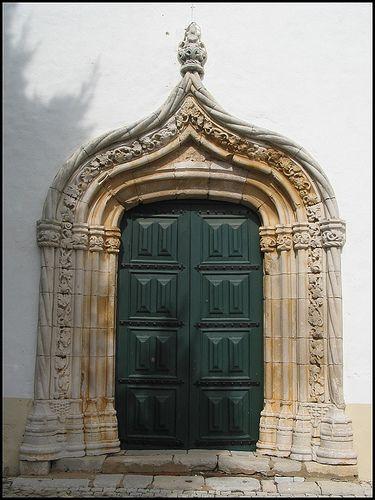 Porta lateral da igreja do Livramento