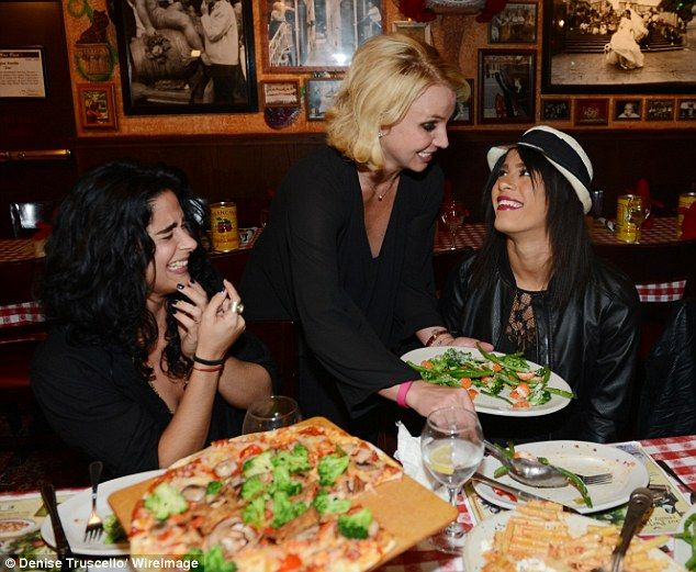 Come esto es bueno para usted: Britney mostró su lado materno como ella colmada espárragos en un plato