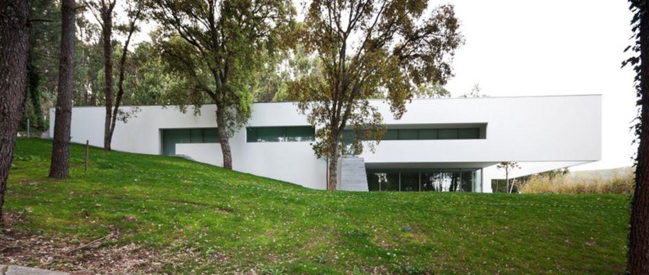 Souto de moura designs the ponte de lima 3 house in for Casa minimalista lima