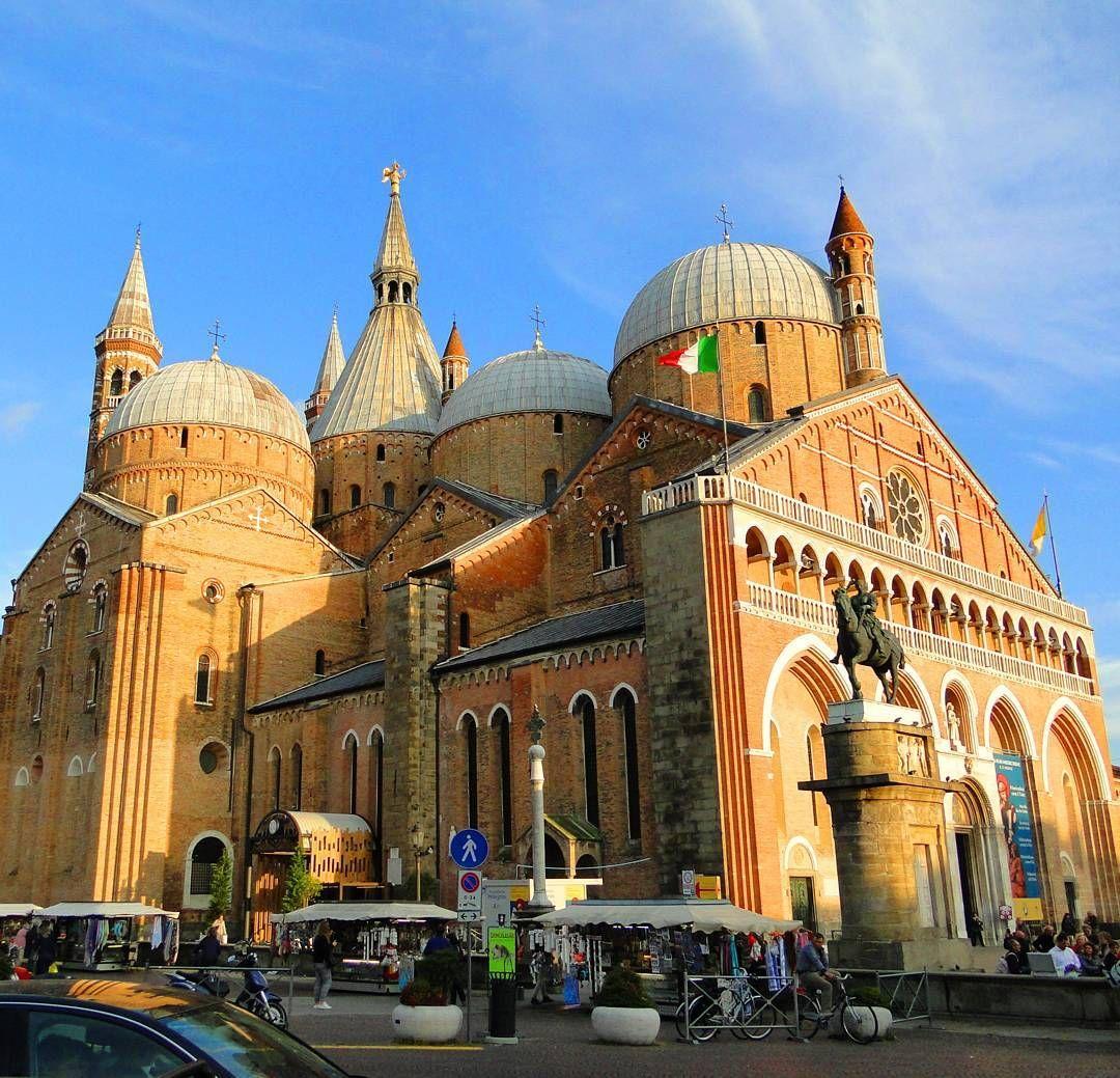 Basílica De Santo Antônio De Pádua é A Maior Igreja De Pádua é Conhecida Como Il Santo Recebe Peregrinos Do Mundo Todo Basilica Taj Mahal Landmarks Travel