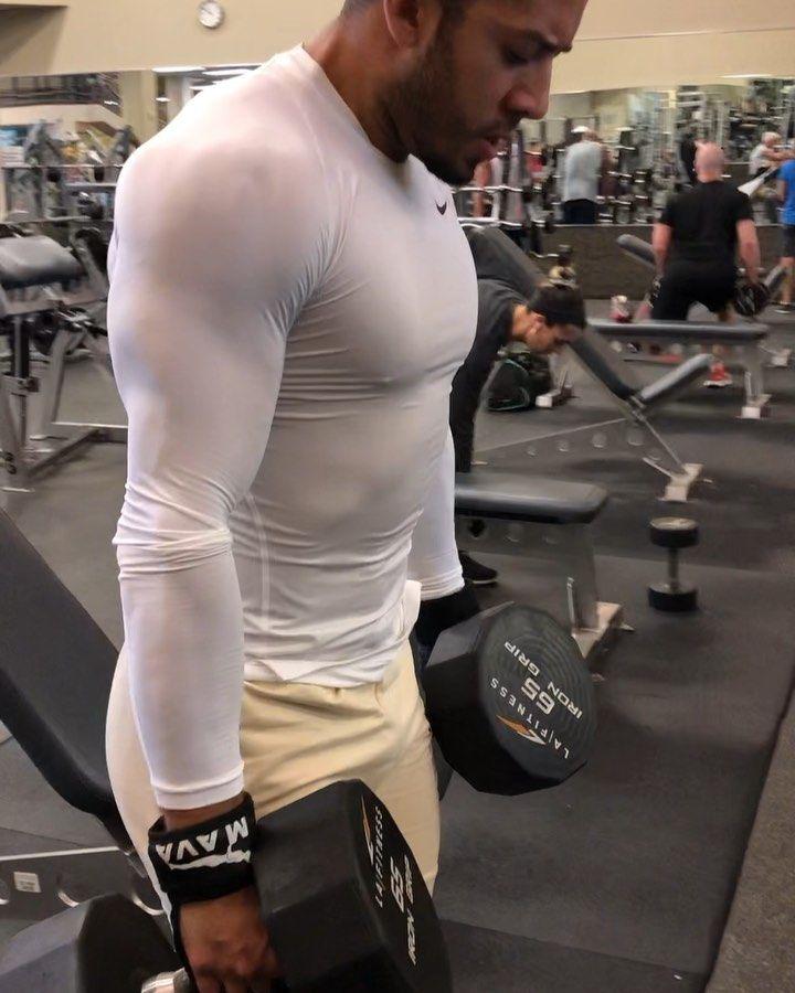 Traps Workout.  Importante siempre mantener los brazos completamente rectos, bajar el cuello para mejorar el ángulo de movimiento en los trapecios y enfocar la energía en el músculo trabajado.  Y por supuesto siempre hasta el límite!.
