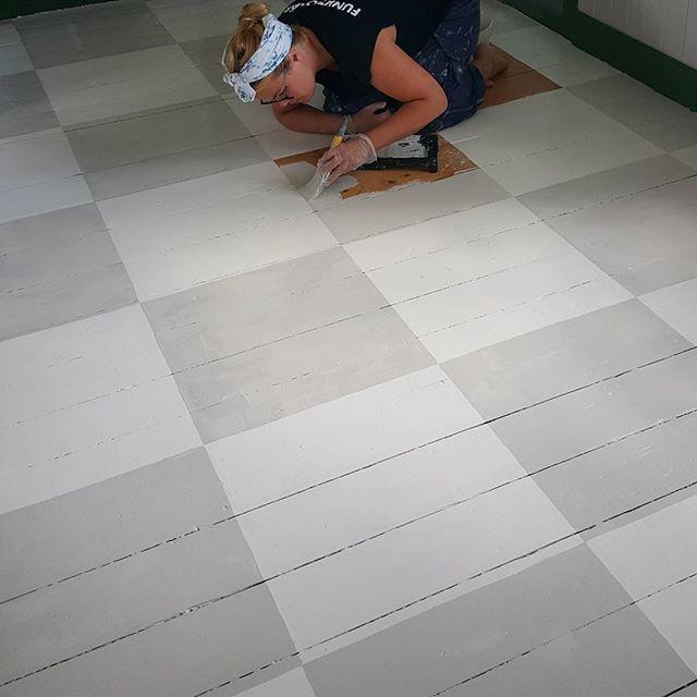 Inspirerade av Ernst bestämde vi oss för att måla rutigt golv i vårt kök.  Rutorna cf0a3338e9a76