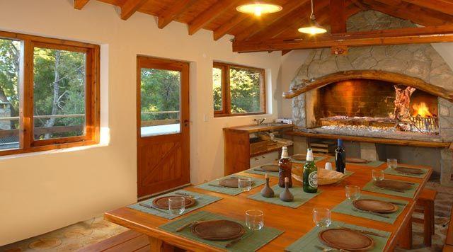 Dise os de quinchos cerrados con cocina dormitorio y for Parrilla casa de campo