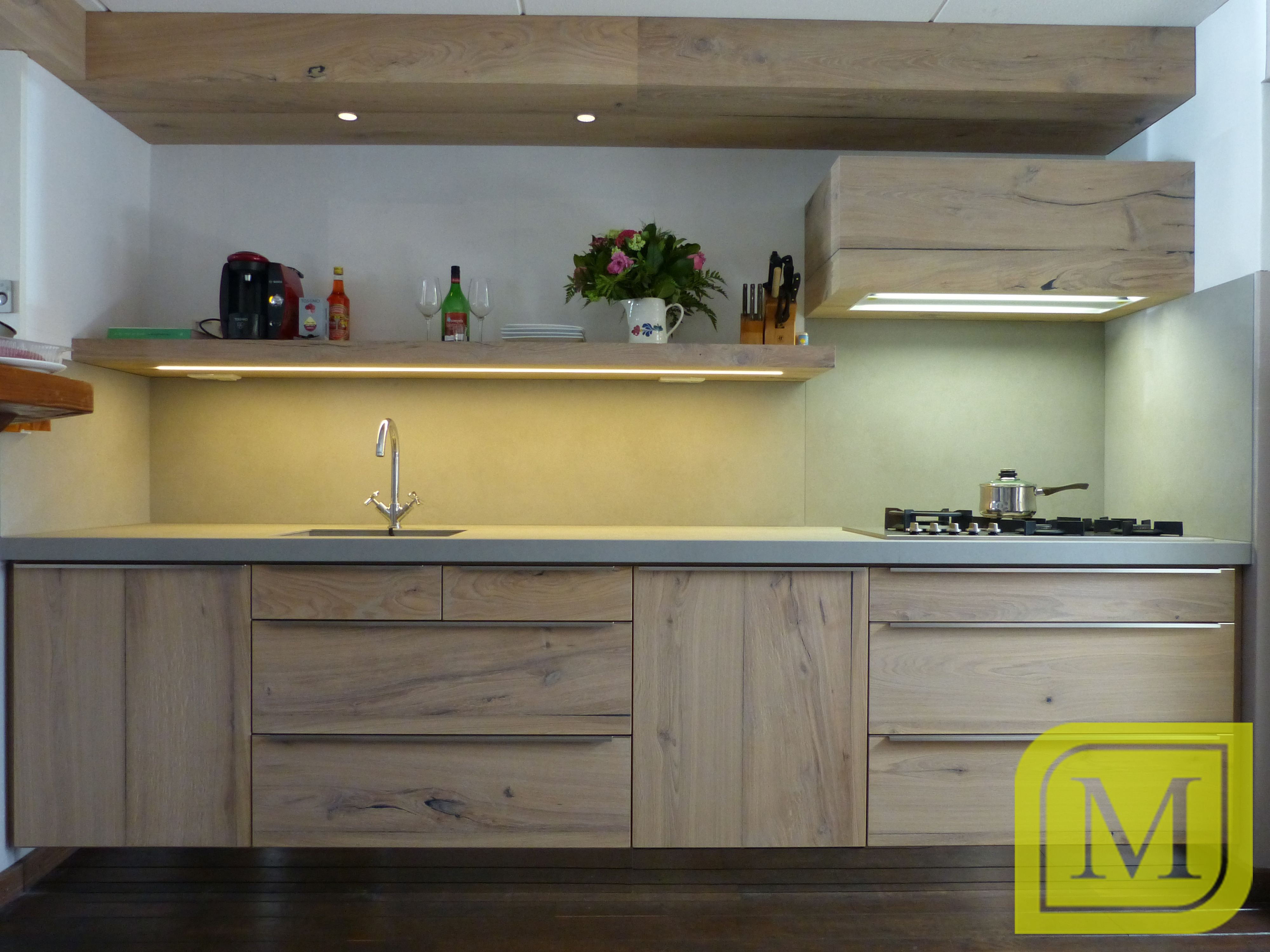 Stoere keuken van eiken balkhout fineer met keramiek for Werkblad keuken keramiek