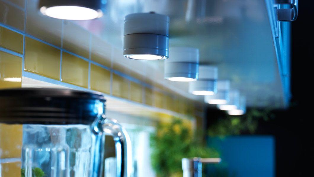 Osvetlenie GRUNDTAL nainštalované pod kuchynskou skrinkou