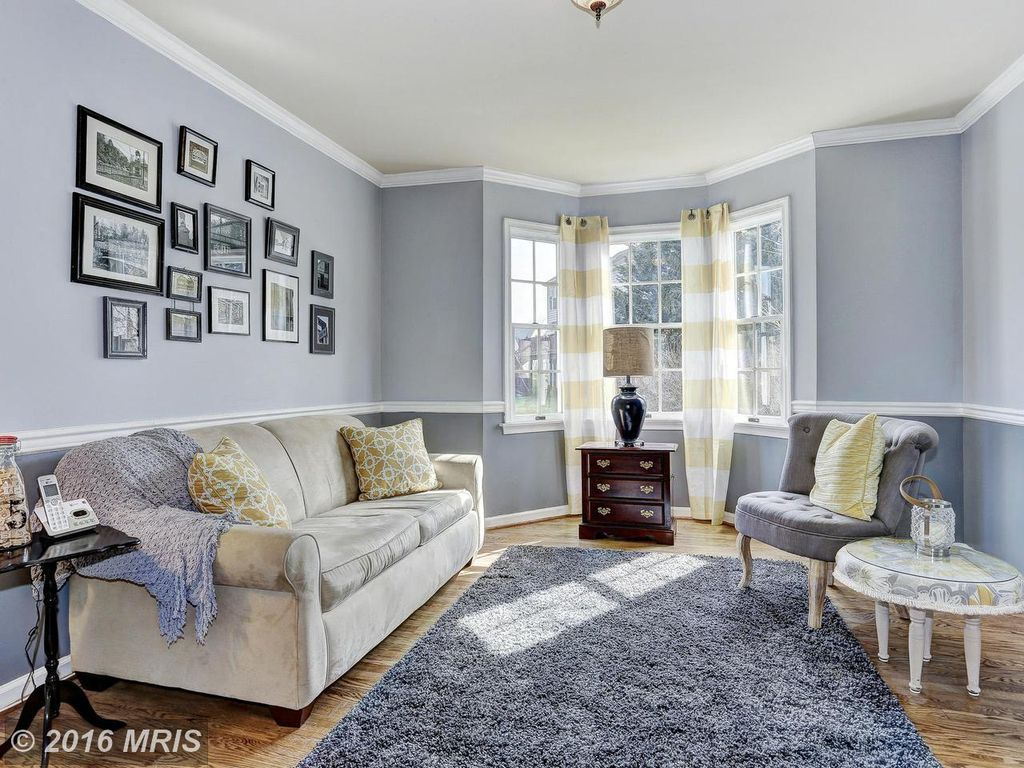 Traditional Living Room with Crown molding, flush light