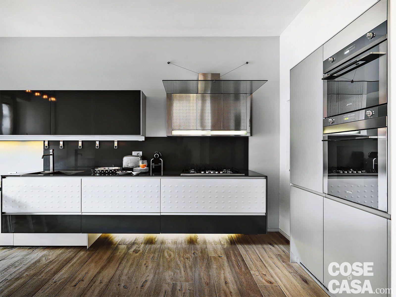 La zona operativa della cucina è distribuita su due lati: bianco ...