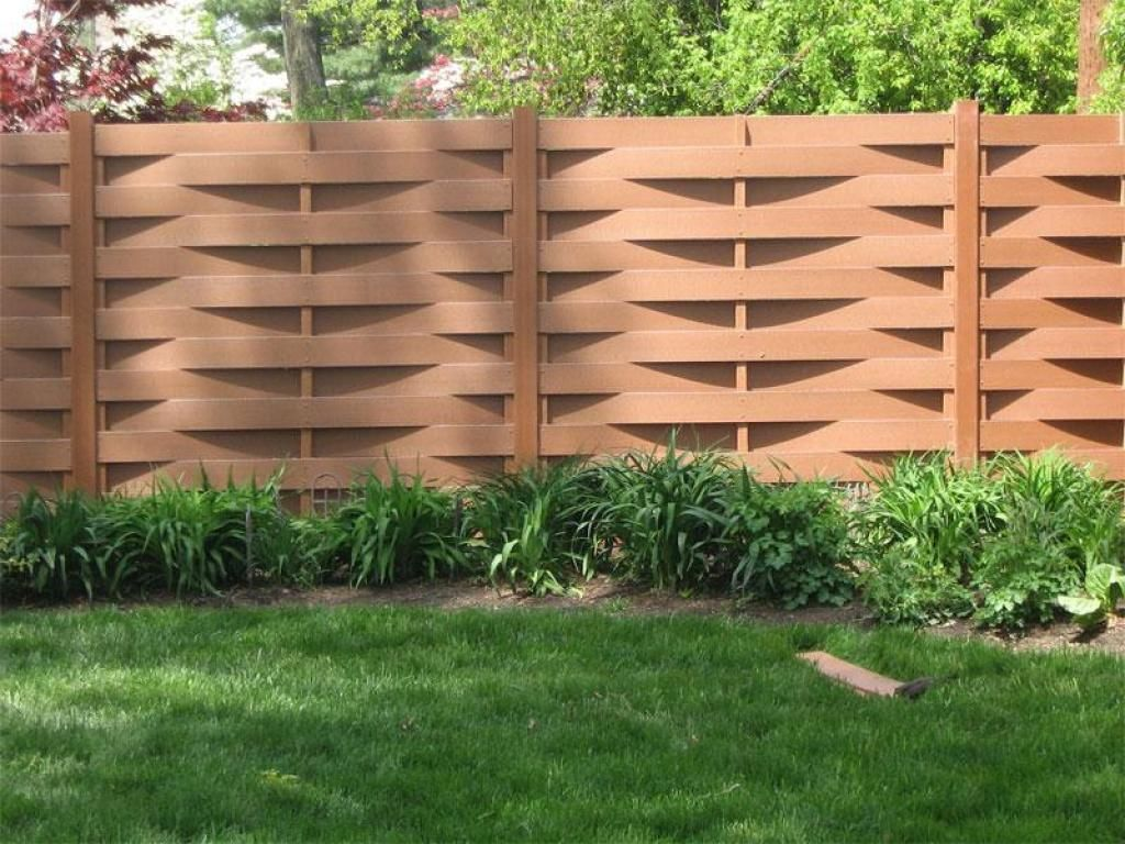 Wave wooden fence gate design for modern house yard fence with green grass and with green