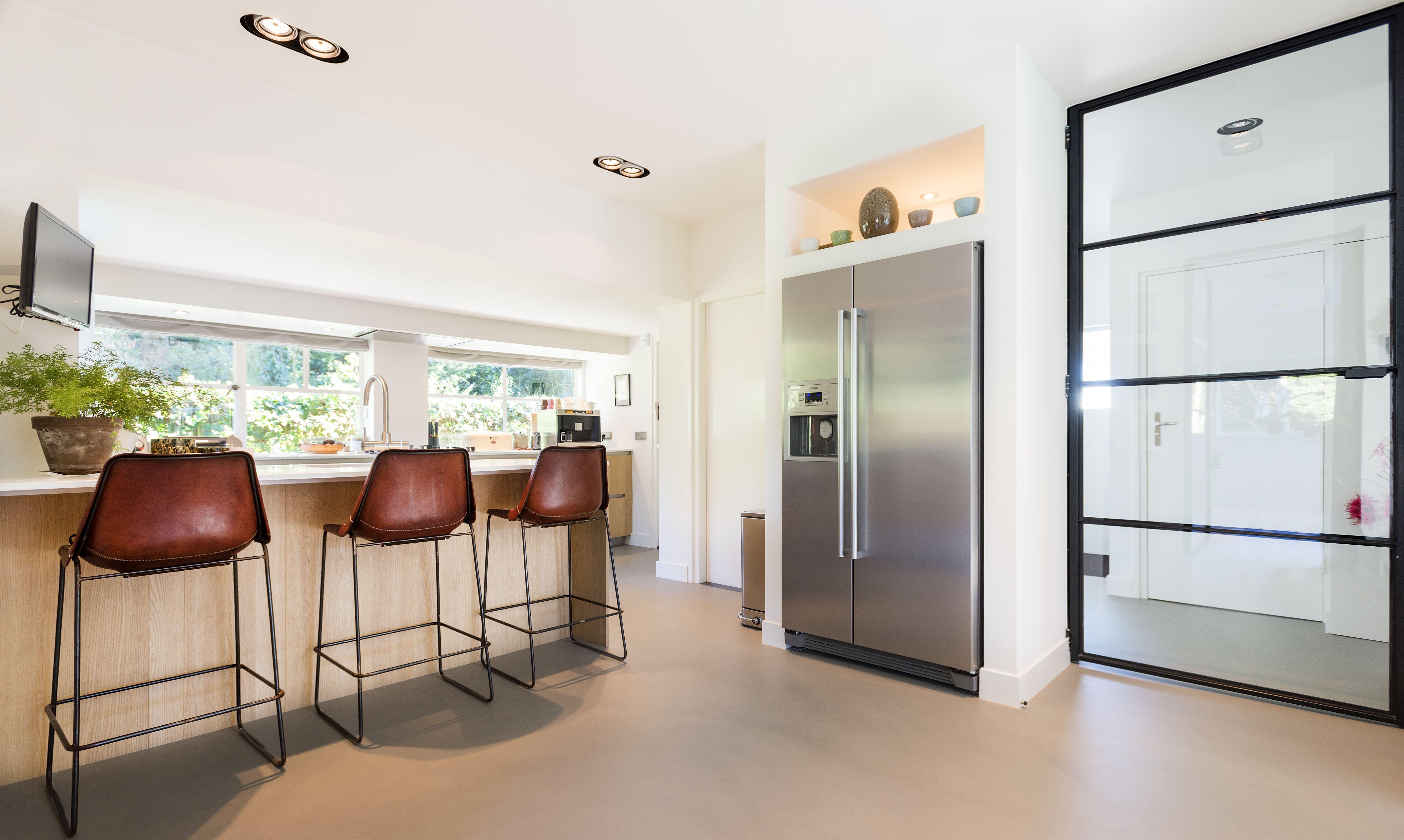 Wauw de corestone betonlook vloer in deze keuken brengt naadloze