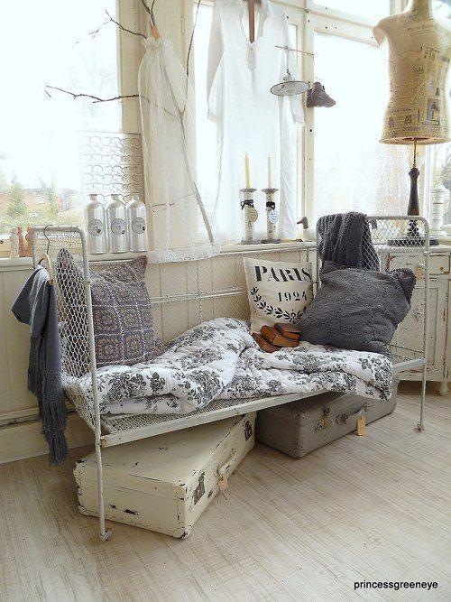 Vecchi lettini divano in ferro battuto nello stile Shabby