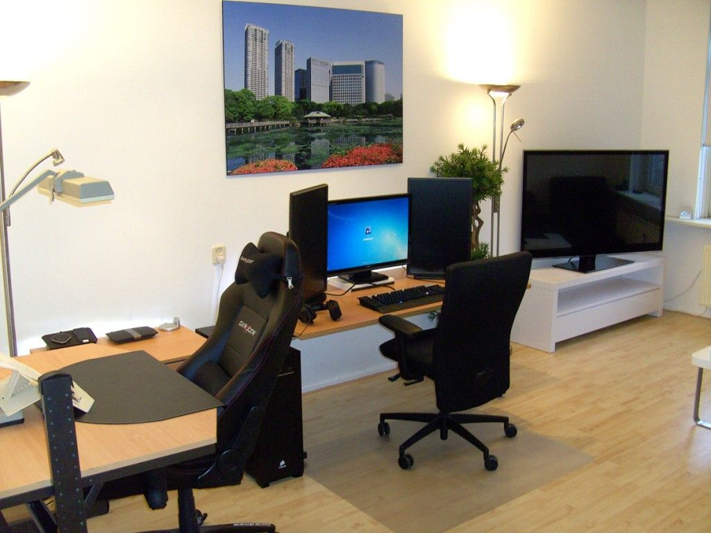 Exceptionnel Cool And Modern Computer Room Decor Ideas : Fancy Computer Room With Simple  Computer Desk And Executive High Back Office Chair Also Wood Grain Rollable  ...