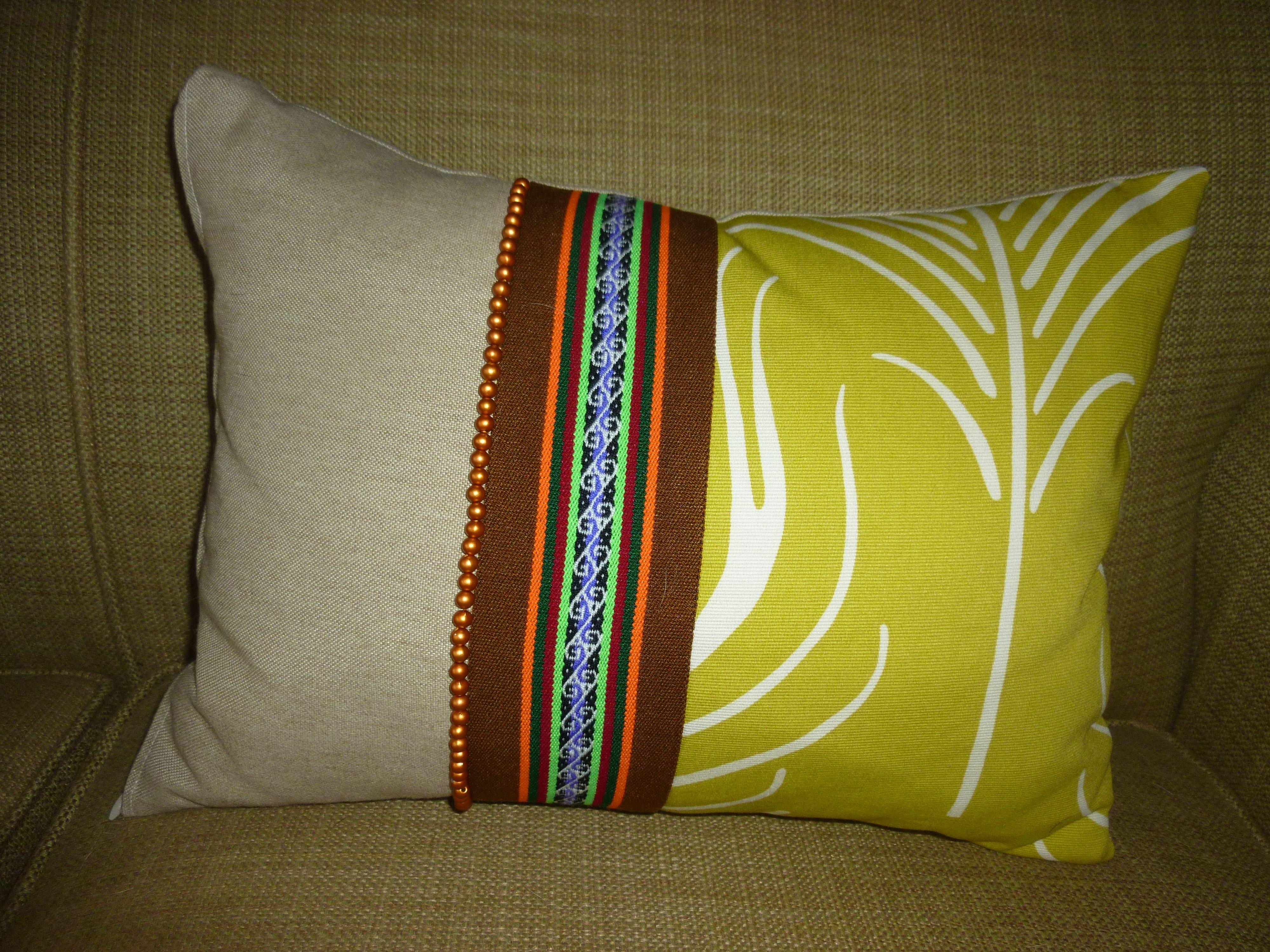 cojin decorativo con telas recicladas, cuentas y tejido artesanal peruano