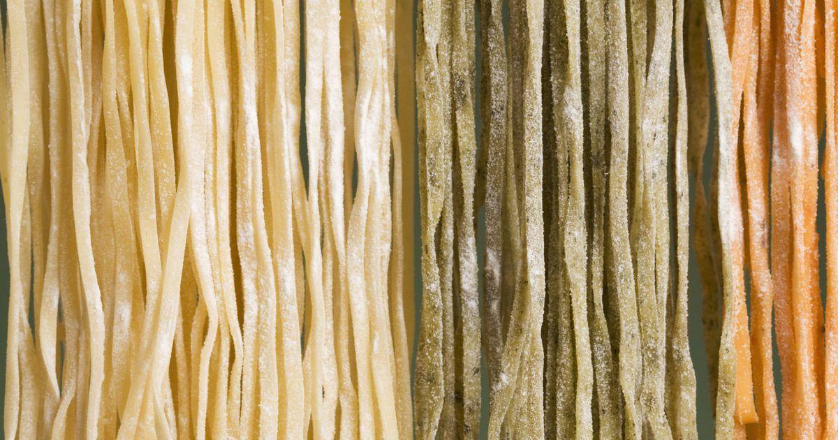 La misma pasta seca que se vende en las tiendas puede preparase en casa con ingredientes comunes. La masa para pasta se compone de granos, agua y huevos y esta masa luego es ...