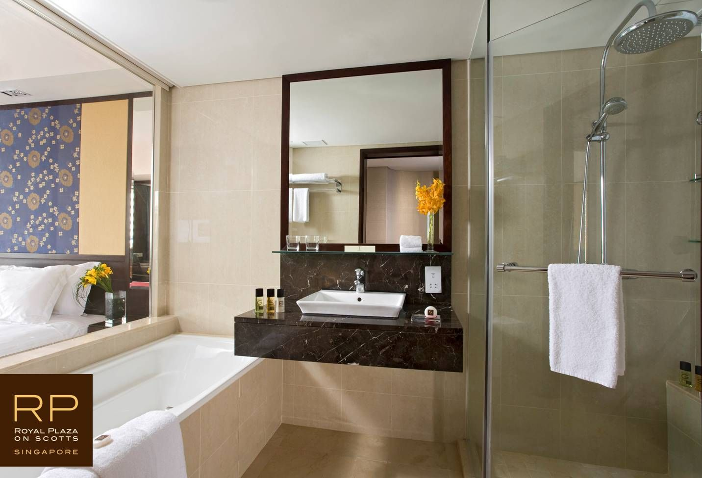 Separate bath and rainshower in Club Deluxe room Royal