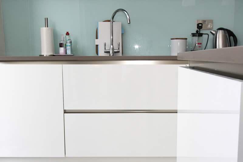 High gloss handleless white kitchen cabinets | kitchen | Pinterest ...
