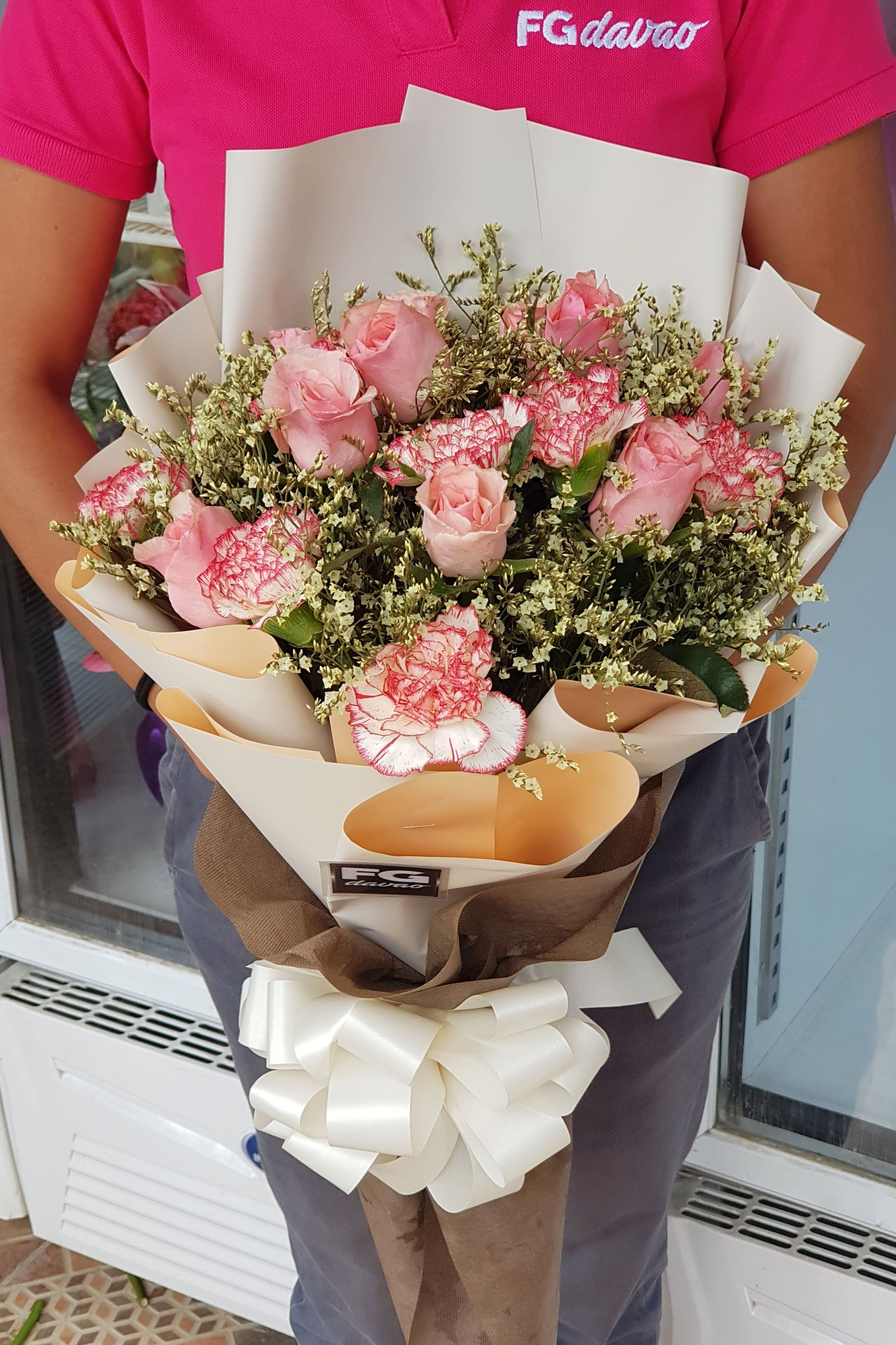 Bouquet of Roses and Carnations Send Flowers to your Loved